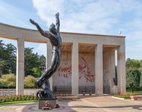 Amerikanischer Kirchhof Normandies und Erinnerungsstatue Geist der amerikanischen Jugend stockfotografie