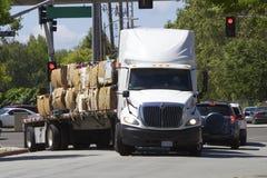 Amerikanischer LKW transportiert Papierabfall für die Wiederverwertung Stockfoto