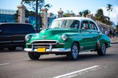 Amerikanischer Oldtimer-Antrieb Kubas auf der Straße Lizenzfreie Stockfotos