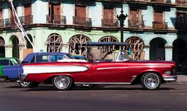 Amerikanischer Oldtimer Kubas in Havana City auf der Straße Lizenzfreie Stockfotografie