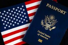 Amerikanischer Paß u. Markierungsfahne auf Schwarzem Lizenzfreie Stockfotografie