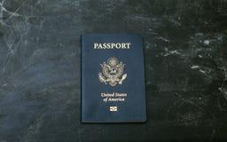Amerikanischer Pass auf schwarzem Hintergrund Stockfoto