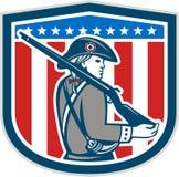 Amerikanischer Patriot Minuteman, der Musketen-Gewehr-Schild Retro- hält Stockfotos