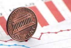 Amerikanischer Penny auf Zeitungsdiagramm Stockfotos