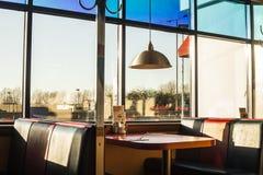 Amerikanischer Restaurantinnenraum bei Sonnenuntergang Stockfotos