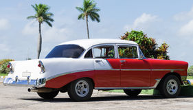 Amerikanischer roter weißer Oldtimer Kubas parkte auf der Straße Lizenzfreie Stockbilder