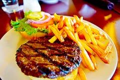 Amerikanischer saftiger Burger mit Tomate, Kopfsalat und Pommes-Frites stockfotos