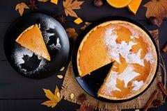 Amerikanischer selbst gemachter Kürbiskuchen mit Zimt und Muskatnuss stockfoto