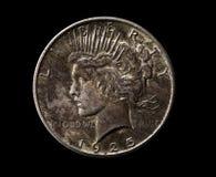 Amerikanischer silberner Dollar lokalisiert auf Schwarzem Stockfotos