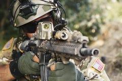 Amerikanischer Soldat, der sein Gewehr zeigt Stockbilder
