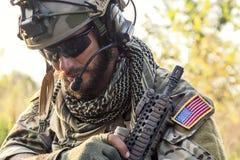 Amerikanischer Soldat, der unten schaut Stockfotos