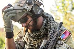 Amerikanischer Soldat, der unten schaut Lizenzfreie Stockfotos