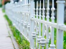 Amerikanischer Traum, weißer Zaun nahe dem Regierungsgebäude Stockfotos