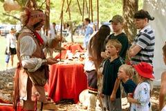 Amerikanischer Ureinwohner demonstriert ursprüngliches Hilfsmittel stockfotos