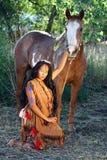 Amerikanischer Ureinwohner und ihr Pferd Lizenzfreie Stockbilder