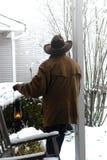 Amerikanischer Westlegenden-Cowboy, der neuen Schnee erwägt Stockbild