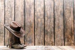 Amerikanischer Westrodeo-Cowboy Hat auf Stiefeln mit Spornen Stockbilder