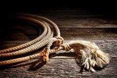 Amerikanischer Westrodeo-Cowboy Lariat Lasso auf Holz Stockfotos