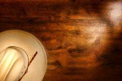 Amerikanischer Westrodeo-Cowboyhut auf altem Grunge Holz Lizenzfreies Stockbild