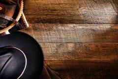 Amerikanischer Westrodeo-Cowboyhut auf hölzernem Hintergrund Lizenzfreies Stockbild