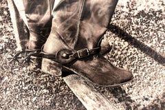 Amerikanischer Westrodeo-Weinlese-Cowboy Boots auf Zaun Stockfoto