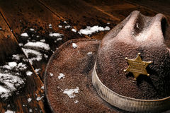 Amerikanischer Westsheriff Badge auf Hut und Winter-Schnee Lizenzfreies Stockbild