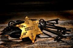 Amerikanischer Westsheriff Star Badge und alte Handschellen Lizenzfreies Stockfoto