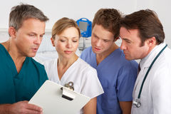 Amerikanisches Ärzteteam, das an Krankenhausbezirk arbeitet Stockfotos
