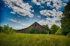Amerikanisches Ackerland mit blauem bewölktem Himmel im Süden Stockbilder