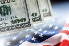Amerikanisches Bankwesen-Konzept Amerikanische Dollar und Flagge der Vereinigten Staaten von Amerika Stockbild