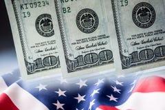 Amerikanisches Bankwesen-Konzept Amerikanische Dollar und Flagge der Vereinigten Staaten von Amerika Stockbilder