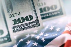 Amerikanisches Bankwesen-Konzept Amerikanische Dollar und Flagge der Vereinigten Staaten von Amerika Lizenzfreies Stockfoto