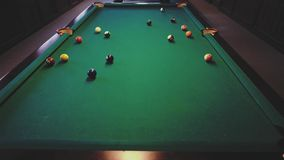 Amerikanisches Billard Mann, der Billard, Snooker spielt Spieler, der sich vorbereitet zu schießen, den Spielball schlagend stock video