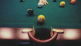 Amerikanisches Billard Mann, der Billard, Snooker spielt Spieler, der sich vorbereitet zu schießen, den Spielball schlagend stock footage