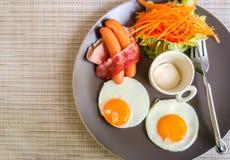Amerikanisches Frühstück auf Gray Plate an der Ecke benutzt als Schablone Stockfotografie