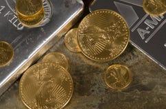 Amerikanisches Gold Eagles auf Silberbarren Stockbilder