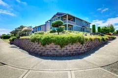 Amerikanisches Haus mit landschaftlich gestaltetem Vorgarten Panoramische Ansicht stockbilder