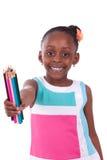 Amerikanisches kleines Mädchen des netten Schwarzafrikaners, das Farbbleistift - A hält lizenzfreies stockbild