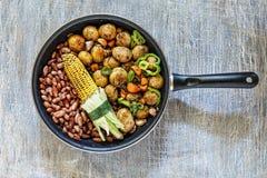Amerikanisches Lebensmittel, Mais, Bohnen, Kartoffeln, Gemüse, Bratpfanne, hölzern, Tabelle, gesund, Abendtischkonzept, Draufsich stockfotografie