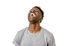 Amerikanisches Mannlachen des Schwarzafrikaners glücklich und aufgeregtes lokalisiert stockfotografie