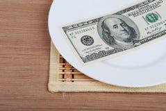 Amerikanisches US-Dollar Geld auf weißer Platte lizenzfreie stockbilder