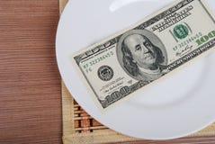 Amerikanisches US-Dollar Geld auf weißer Platte stockbilder
