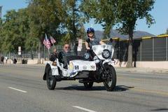 Amerikanisches veteranon das motocycle, das amerikanische Flagge hält Lizenzfreies Stockfoto