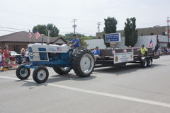 Amerikanlegionen postar traktor som 106 drar Seymour veteran Royaltyfri Fotografi