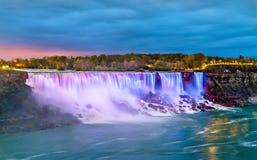 Amerikannedgångarna och det brud- skyler nedgångar på Niagara Falls som sett från Kanada Royaltyfria Foton