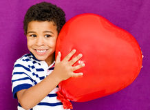 Amerikansk afrikansk pojke med hjärta Fotografering för Bildbyråer