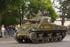 Amerikansk behållare av det andra världskriget som ståtar för den nationella dagen av 14 Juli, Frankrike Arkivfoto