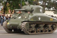 Amerikansk behållare av det andra världskriget som ståtar för den nationella dagen av 14 Juli, Frankrike Fotografering för Bildbyråer