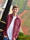 Amerikansk benägenhet för tonårs- pojke på lampstolpen royaltyfria bilder