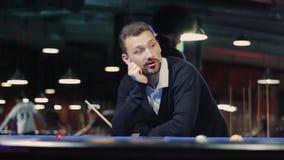 Amerikansk Billiard Man som spelar billiard, snooker stock video